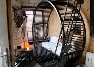 Необычный отель по идее хомячьей клетки
