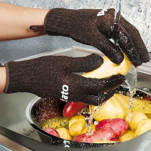 перчатки, очищающие картошку