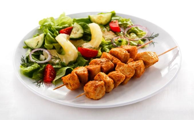 Шашлык подан с овощами, аппетитно!