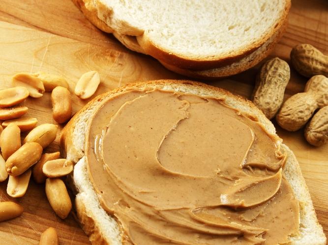 Производство арахисовой пасты. Готовый вид на хлебе