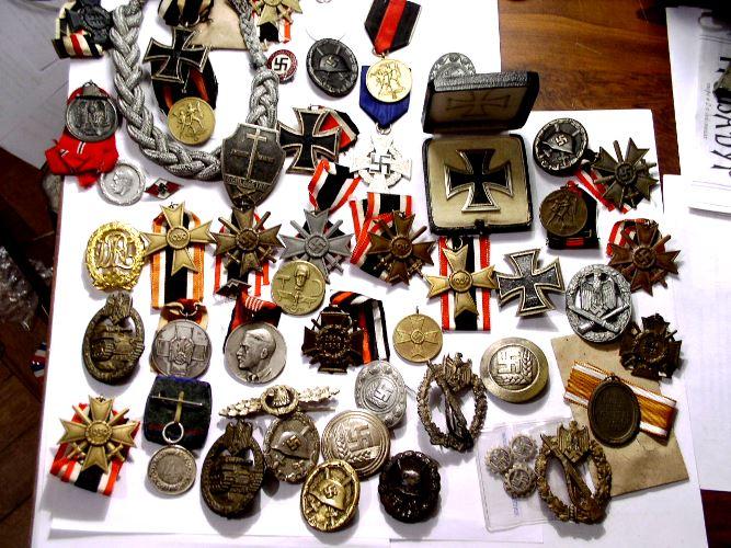 Антиквариат - значки, награды, медали - один из самых ходовых товаров на рынках антиквариата.