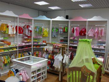 Ассортимент товаров в магазине для детей