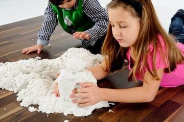 Домашний снег отличная забава для детей и взрослых.