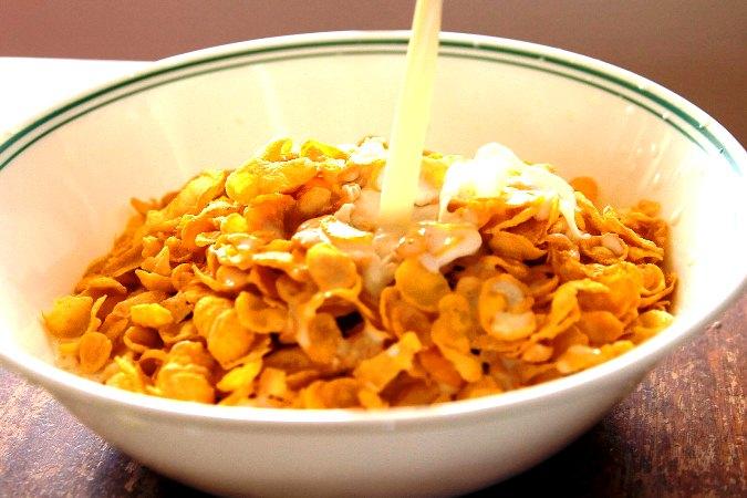 Сухой завтрак в миске с молоком, быстро и просто.