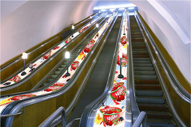 Реклама на эскалаторе