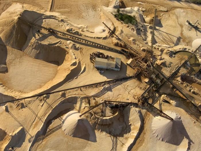 Вода, находящаяся на глубине 8 метров месторождений кварцевого песка, должна быть подсечена.
